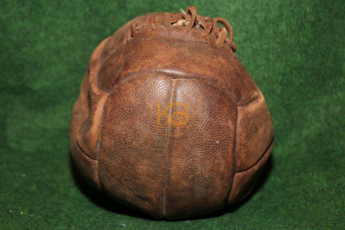 Alter Fussball mit der klassischen Naht um die Blase zu verschließen,Die alte Blase ist noch vollständig vorhanden.