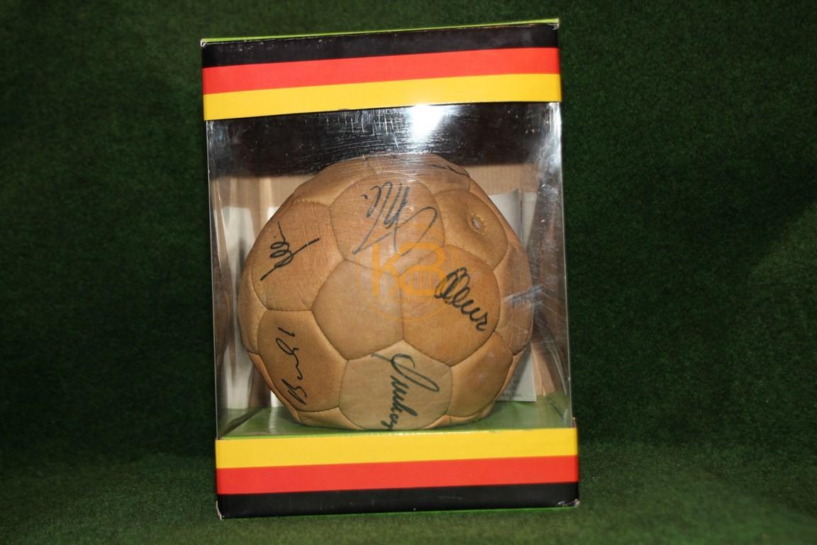 Original unterschriebener Ball des Weltmeisterkaders der WM 1978 in Argentinien in der Originalverpackung. 1/2