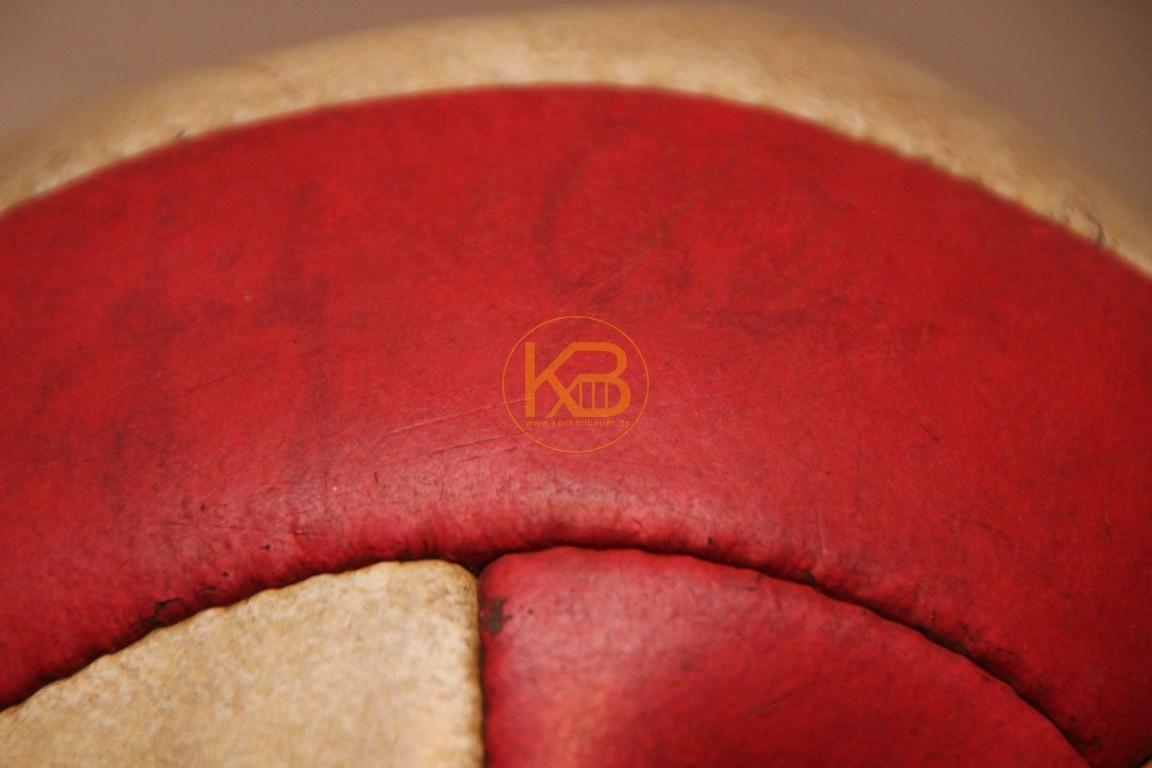 Alter Lederfußball der aus rot weißen Längststreifen genäht ist. Nicht dass das schon sehr selten ist, wurde er noch von Fritz Walter unterschrieben. 2/2