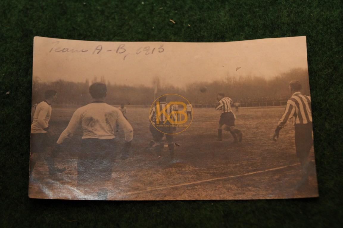 Original Foto einer Spielszene von einem Wiener Fußball Verein aus dem Jahr 1913.