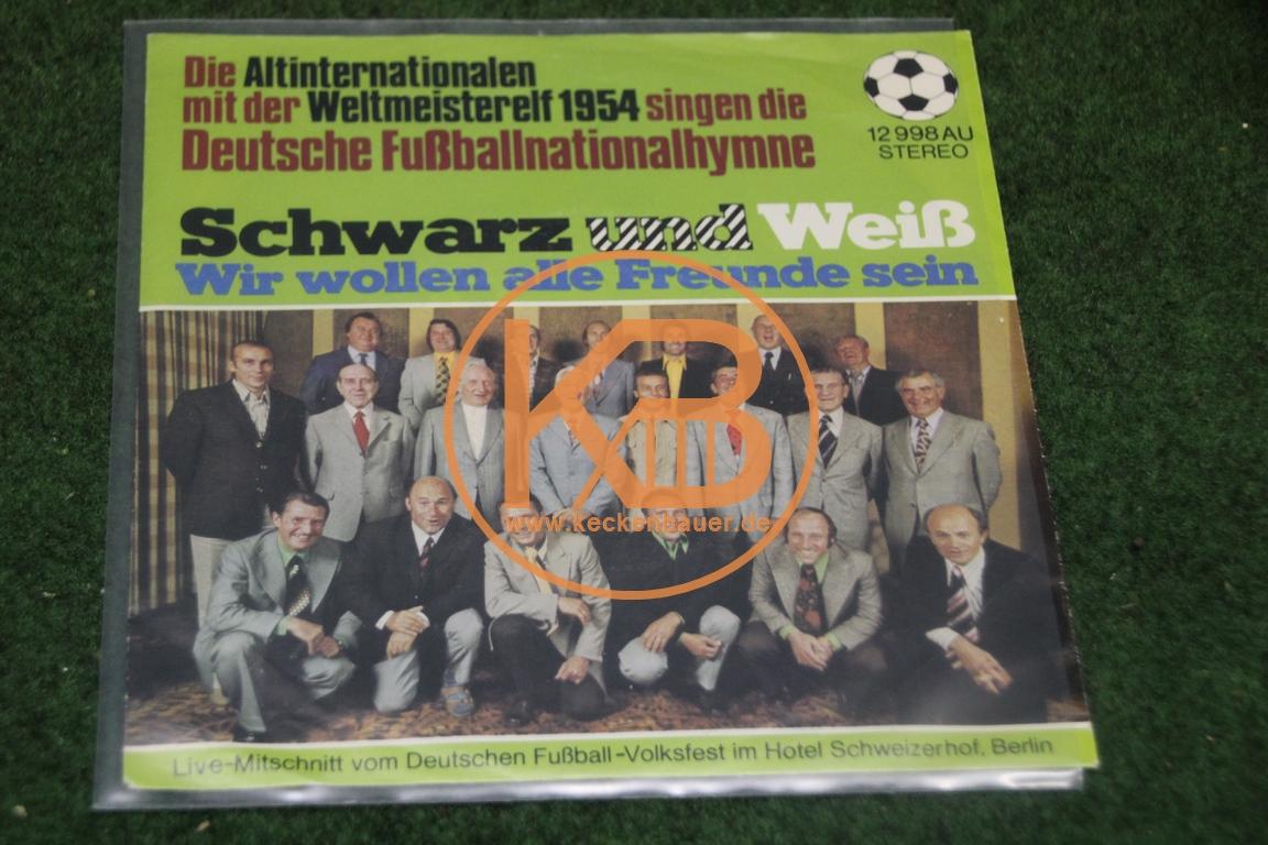 Platte mit den Altinternationalen und der Weltmeisterelf von 1954 mit der deutschen Nationalhymne sowie Schwarz und Weiß wir wollen Freunde sein