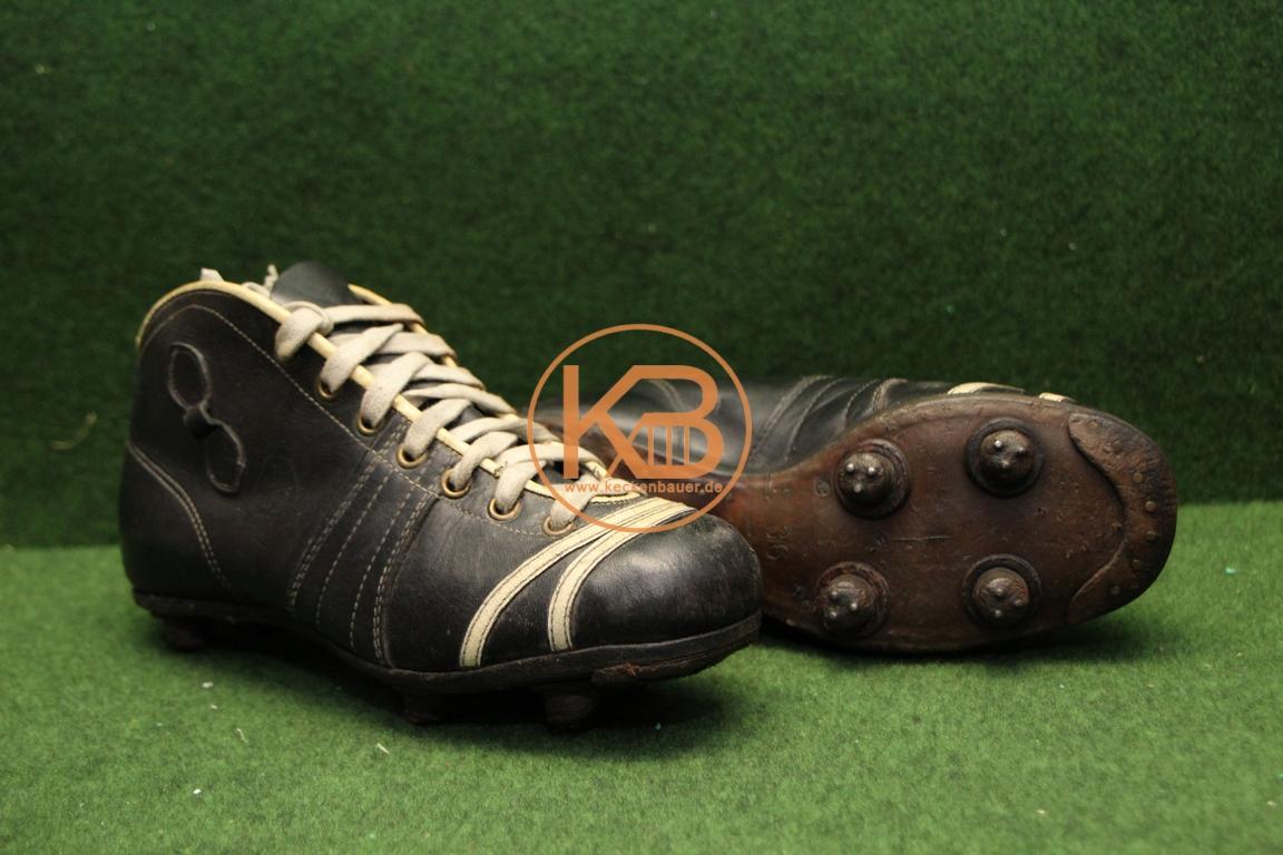 Alte PUMA Rekord Fußballschuhe aus dem Jahr 1953 mit genagelten Lederstollen und dem alten Puma Logo.
