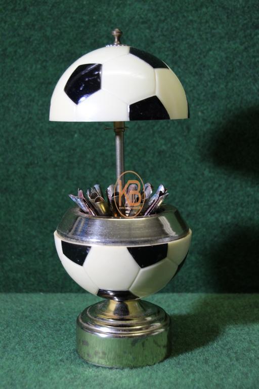 Alter Zigarettenspender in Form eine Fußballs vermutlich aus den 1980ern