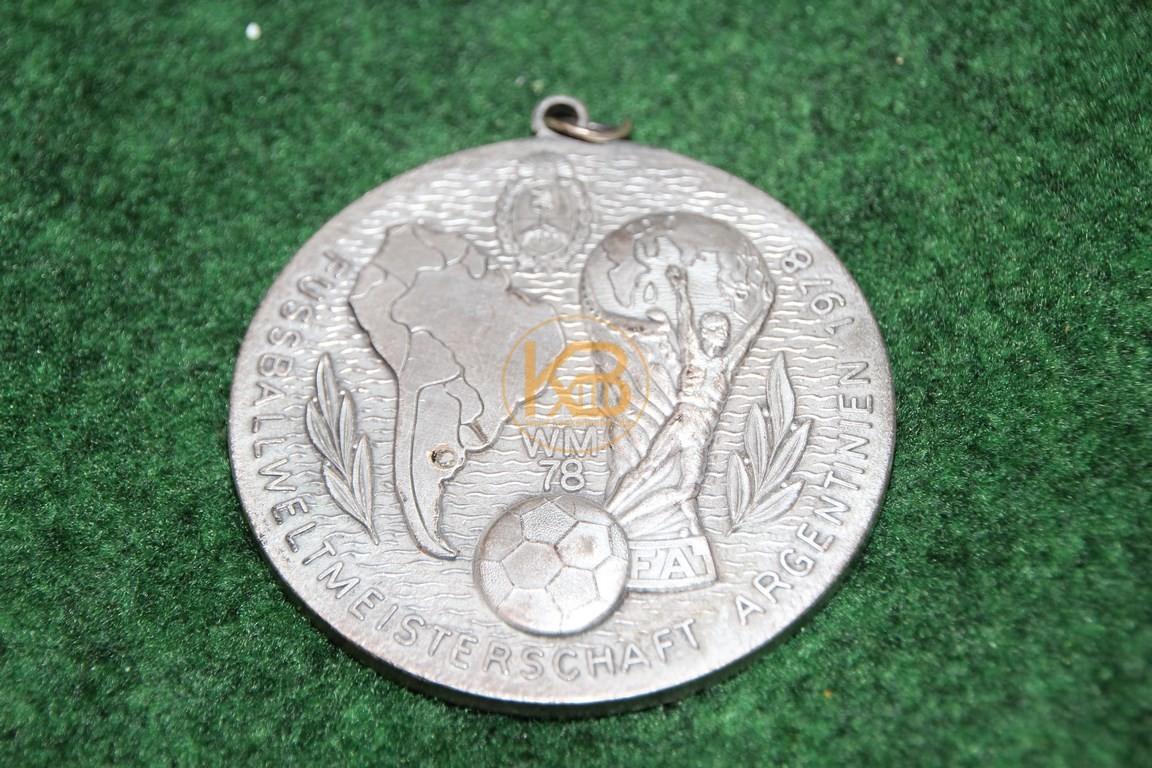Schwere große Gedenkmedailie an die Fussball Weltmeisterschaft 1978 in Argentinien. 1/2