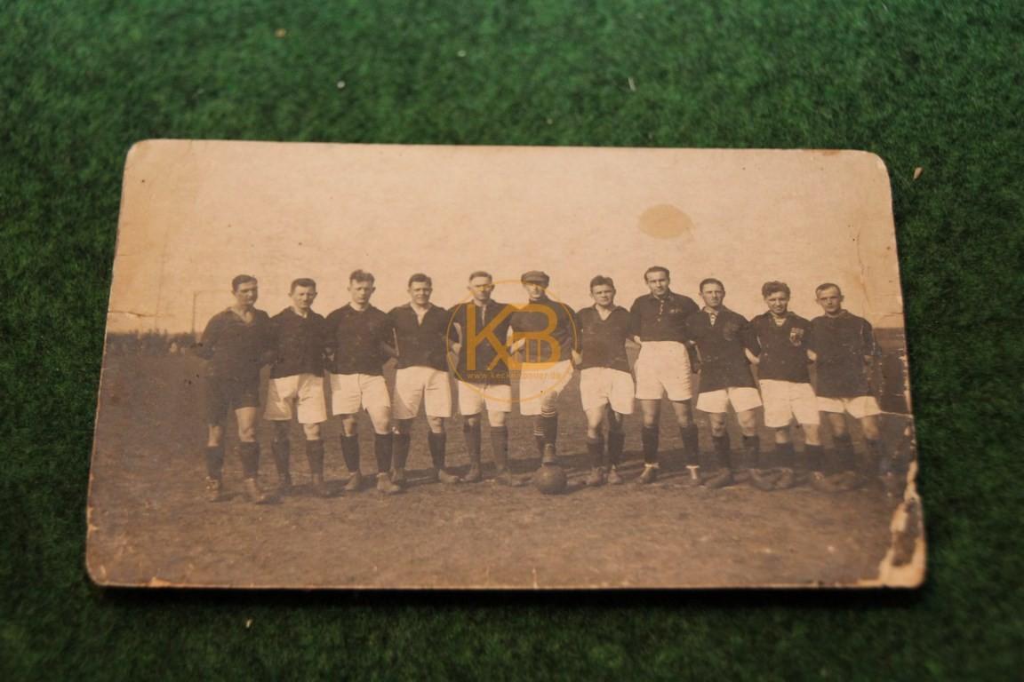 Foto einer unbekannten Fußballmannschaft vermutlich aus den Jahren 1915-1925.
