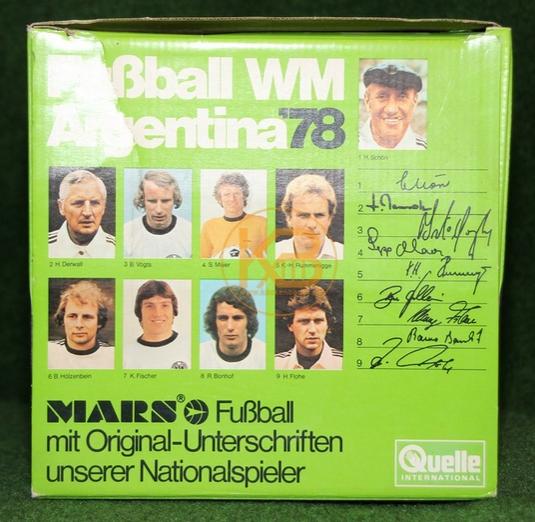 Original unterschriebener Ball des Weltmeisterkaders der WM 1978 in Argentinien in der Originalverpackung. 2/2