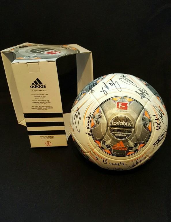 ADIDAS Torfabrik der offizielle Spielball der Fussball Bundesliga der Saison 2013/14 mit Originalverpackung und den Autogrammen von der Frauenmannschaft des VFL Wolfsburg.