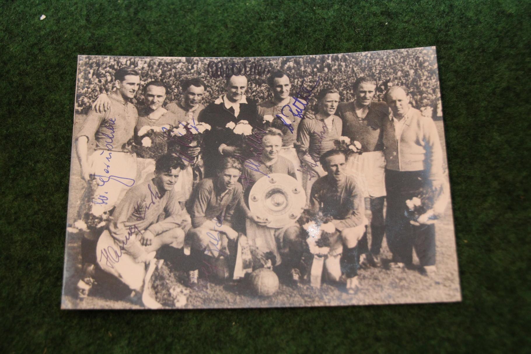 Foto vom Deutschen Meister 1954 Hannover 96 mit diversen original Autogrammen. 1/2