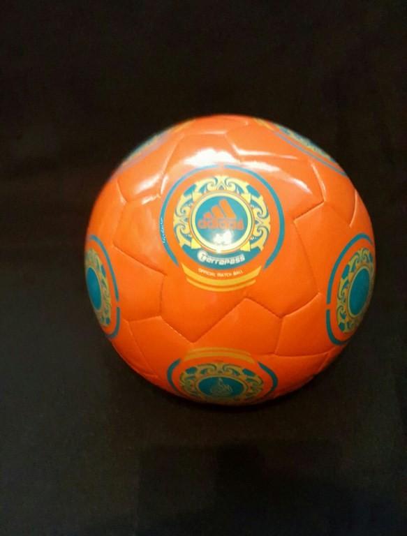 Oranger ADIDAS Terrapass der offizielle Spielball von der Frauen EM 2009 in Finnland.