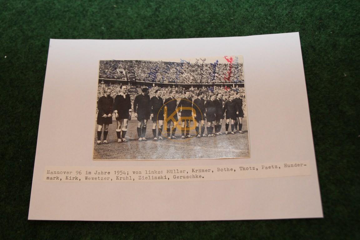 Foto von Hannover 96 aus dem Jahr 1954 mit diversen original Autogrammen.