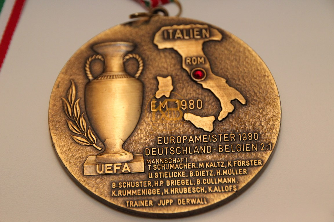 Siegermedailie der EM 1980 in Italien 2/2