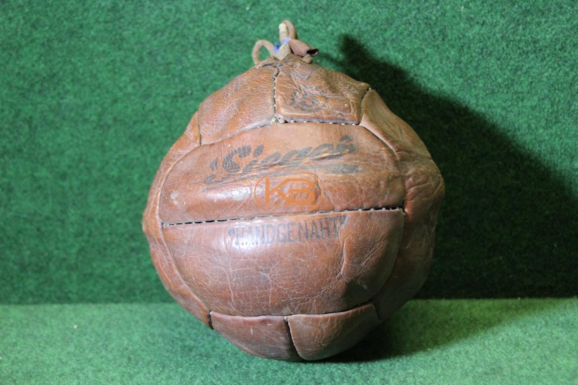 """Ball """"Sieger"""" mit zwölf Paneelen vermutlich aus 1940er Jahren"""