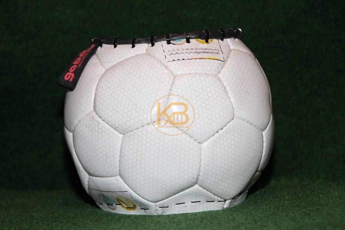 Alter bespielter Fußball der zur Blumenvase umgestaltet wurde.