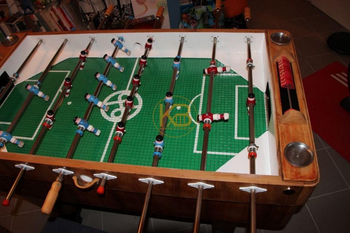Alter Kneipen Kicker (Kröckel) Tisch aus dem Jahr 1953. Er stand von 1953 - 2014 im Großraum Bielefeld. Ich habe ihn selbst restauriert. Einzig die Spielfläche ist nicht original aber auch schon vom Vorbesitzer ca in den 60ern getauscht. 2/5