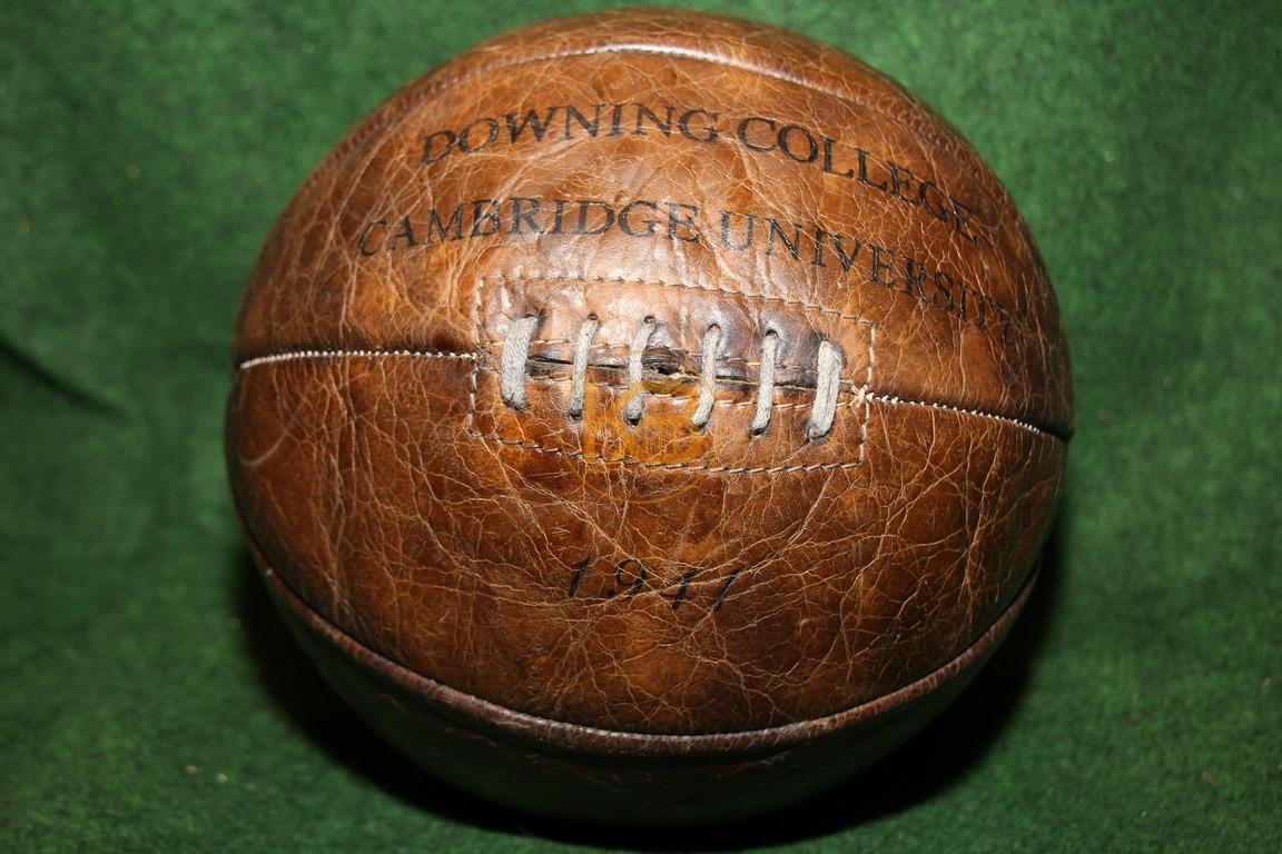 Alter Fussball mit der klassischen Naht aus dem Jahr 1941 von der Downing College Cambridge  University.