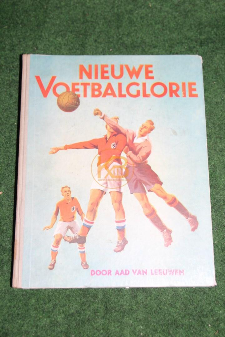 Sammelbum Nieuwe Voetbalglorie von Aad van Leeuwen mit Bildern von Paketen Smith aus dem Jahr 1947