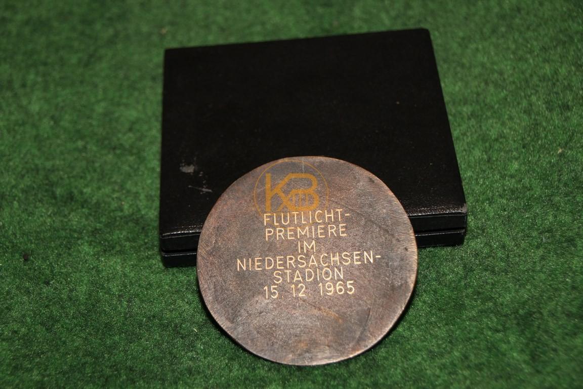 Gedenkmedailie an die Flutlicht Premiere des Niedersachsenstadions vom 15.12.1965. 2/2