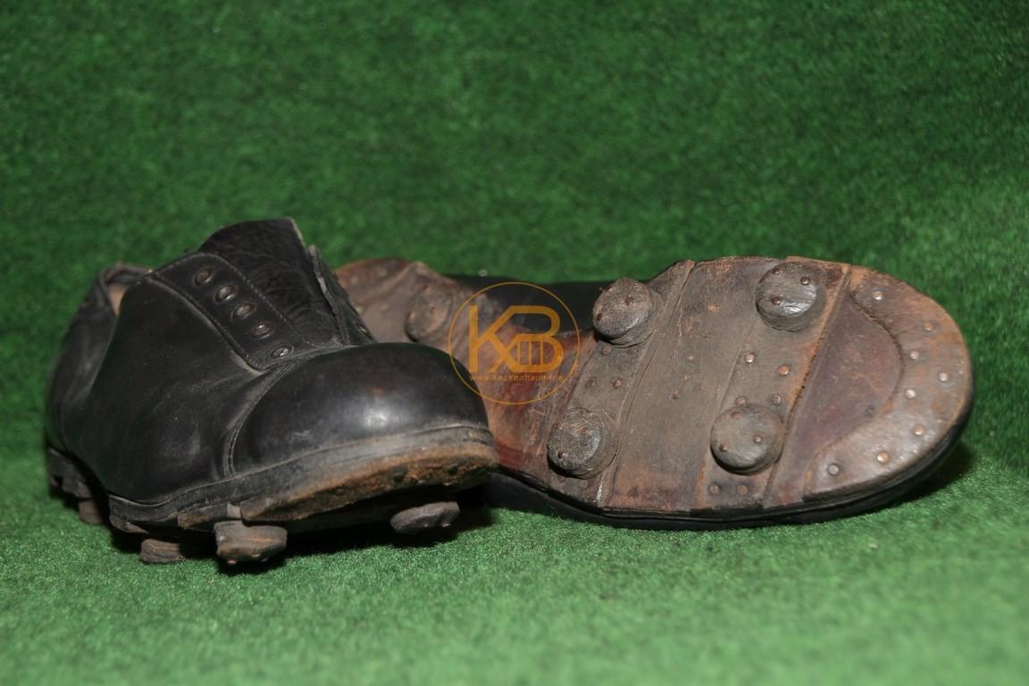 """Meine ersten """"alten"""" Fußballschuhe mit genagelten Rundstollen die auf extra Lederriemen genagelt sind, in der seltenen flachen Variante."""