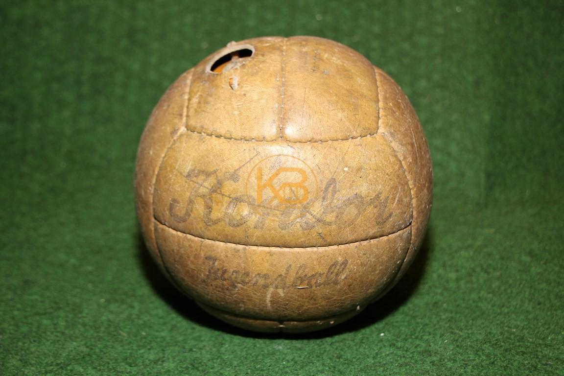 Alter handgenähter Kondor Jugendfußball aus den 1950er Jahren.