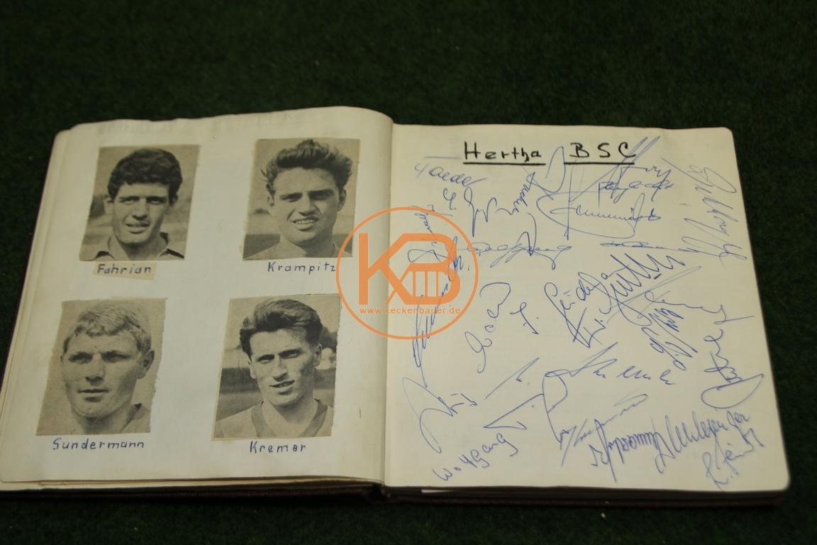 Zeitungsbilder von Spielern von Hertha BSC Berlin und die original Autogrammen aus dem Jahr 1964