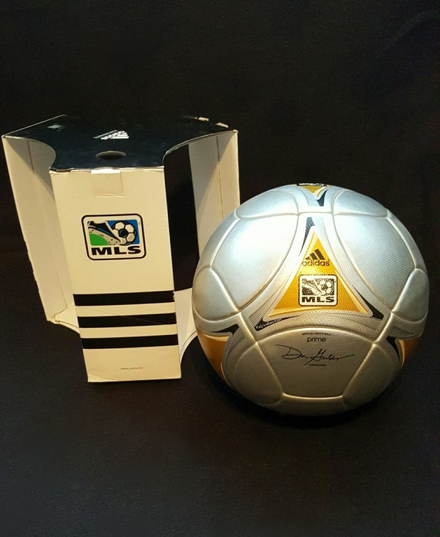 ADIDAS Prime der offizielle Spielball von den Prime Finals der MLS aus dem Jahr 2012 mit Originalverpackung und dem Autogramm des Kommissionärs.