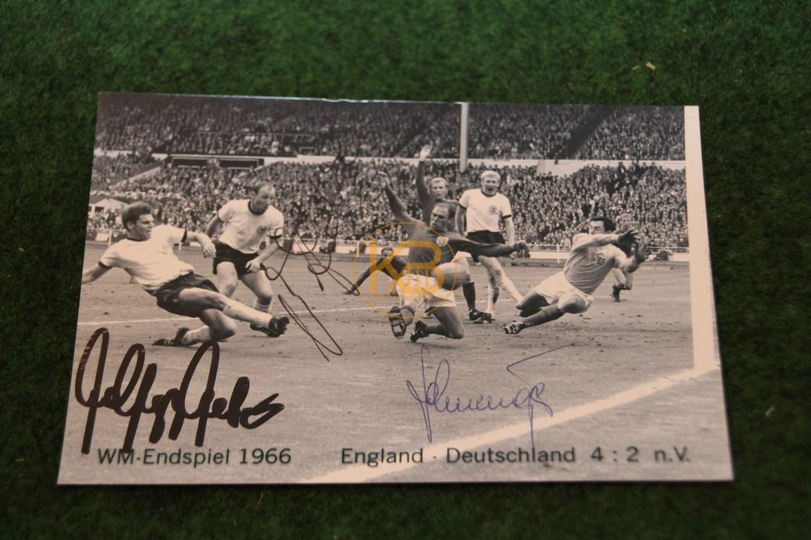 Bild aus dem Spiel Deutschland gegen England im WM-Endspiel in Wembley 1966 mit original Autogrammen.