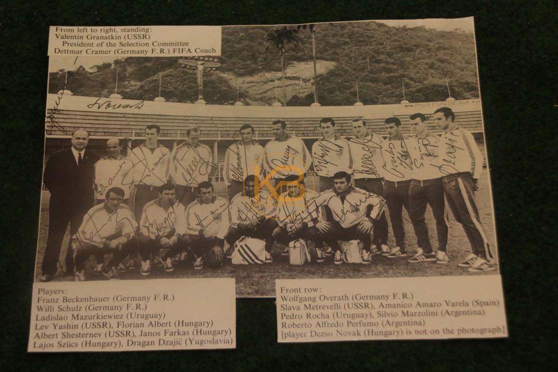 Foto der FIFA Weltauswahl von 1968 mit Autogrammen.
