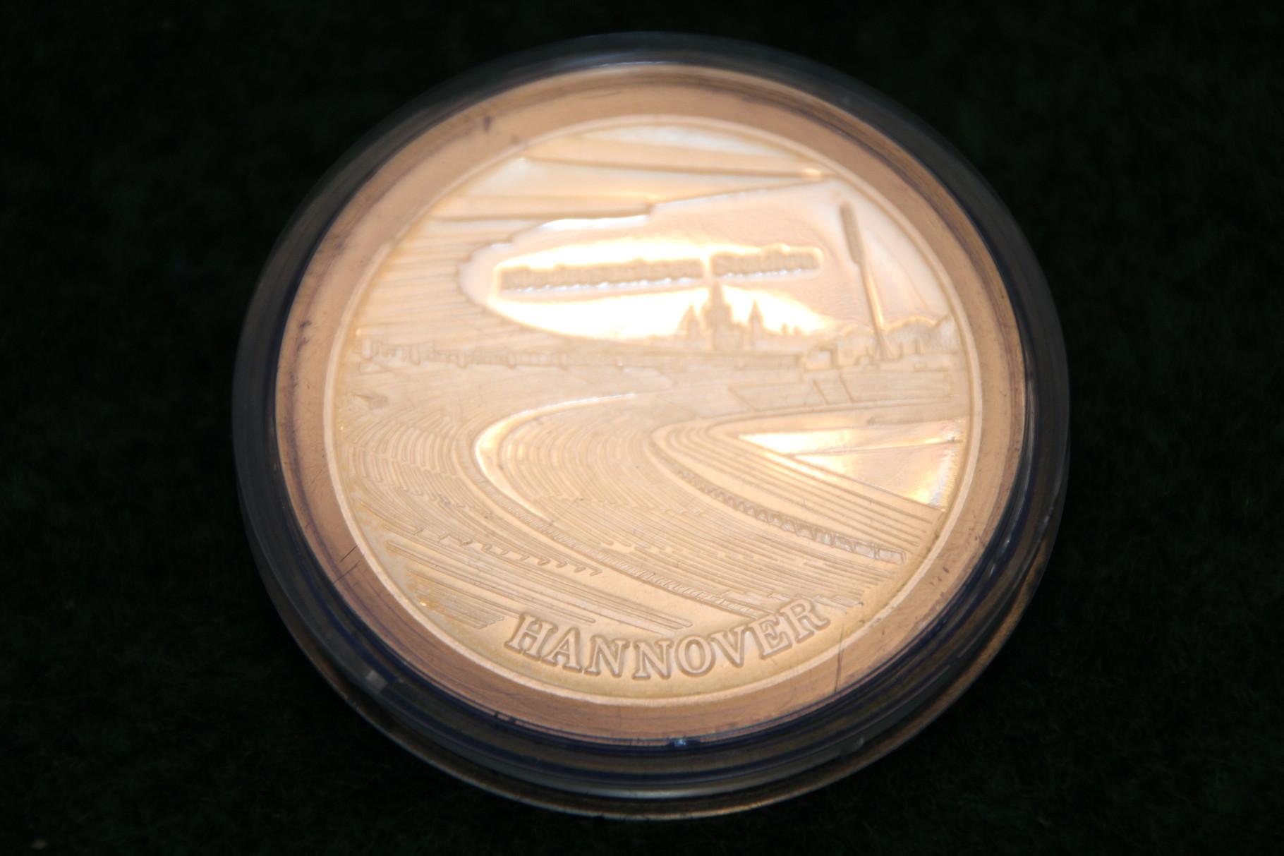 Medaille von der Fussball WM 1974 in Deutschland mit dem Niedersachsenstadion Hannover.2/2
