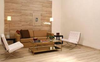Interieurtip: Laat je laminaatvloer door lopen op de wand, voorbeeld zithoek.