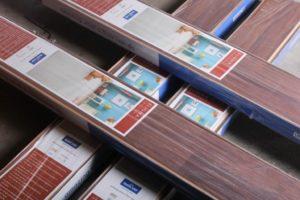 Voorkom kleurverschil en pak planken uit verschillende pakken adviseert De Laminaat Expert