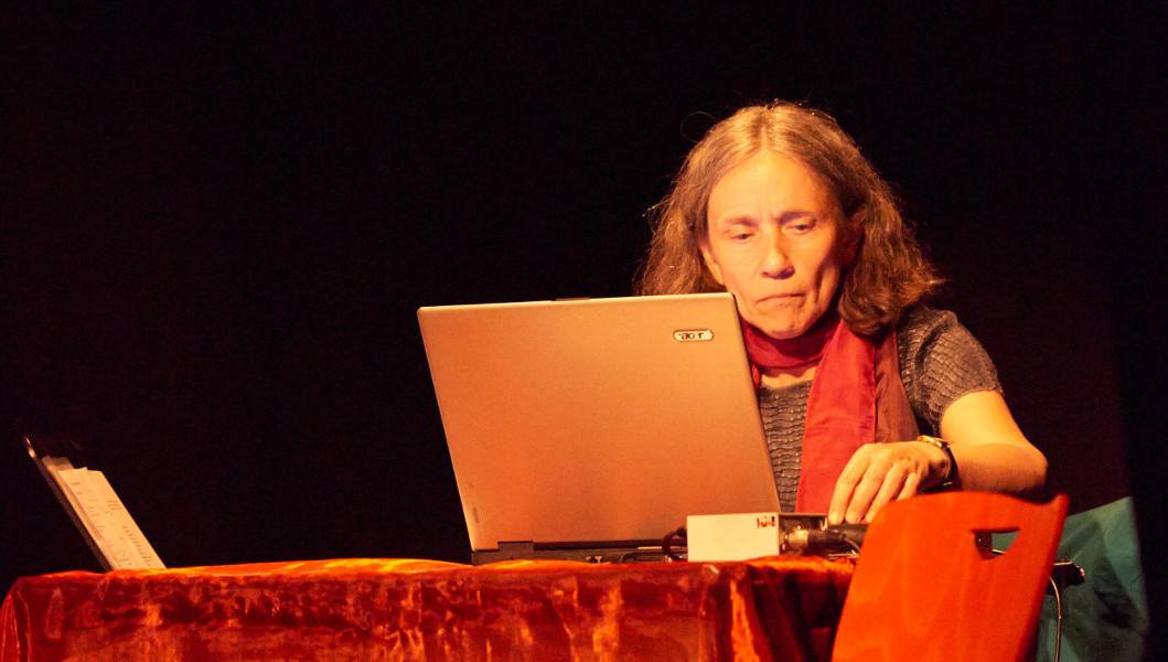 """Ute Reisner, Komposition für Zuspielband bei """"Variationen..."""" von U.E.R. und Konzeptimprovisation, Live-Elektronik, Saxophon, Foto: Andreas Melzer"""