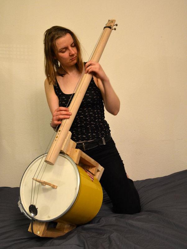 Elina Lukijanova, Komposition und Instrumentenbau, mit Blech-Cello
