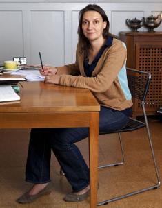 Barbara Schibli am Schreibtisch