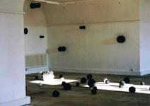 Katalin Moldvay, Tutuguri 2, Installation, Kugeln im Raum