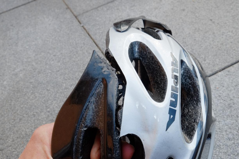 Gebrochener Helm