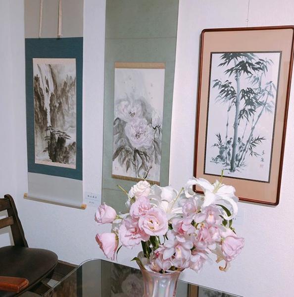 水墨画「気軽に三人展」店内風景:画廊カフェリトルギャラリー|大阪市住吉区長居のカフェスペース