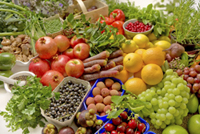Ausreichend Obst und Gemüse mit einem Glas Cellagon