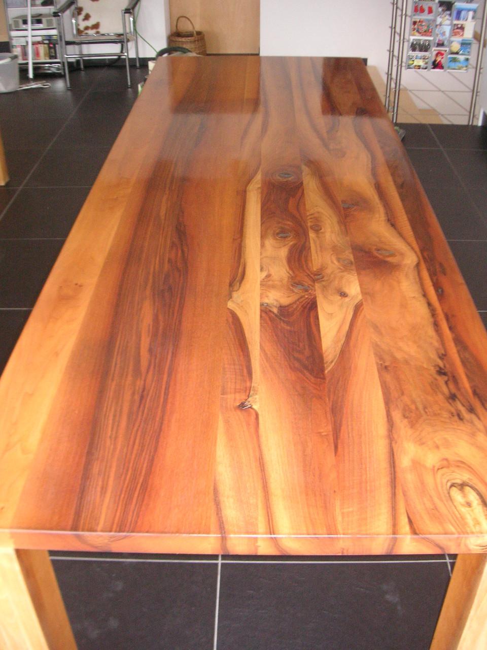 Massivholztisch frisch lackiert