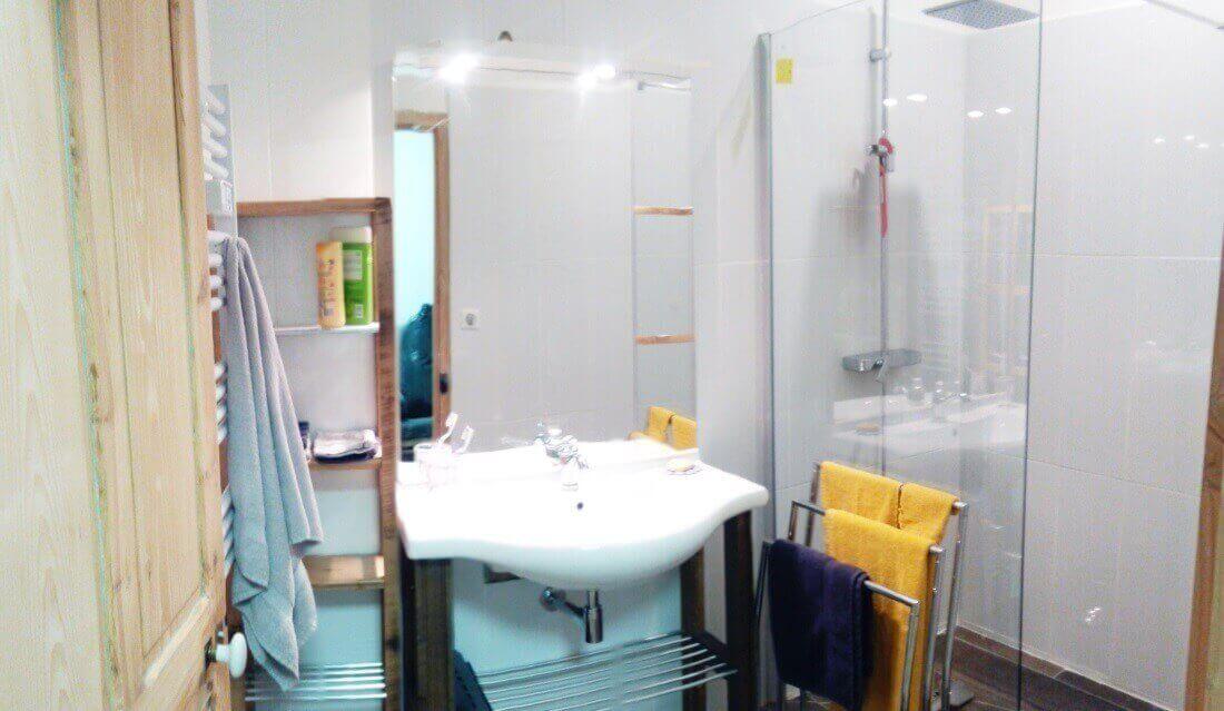 Salle d'eau avec douche à l'italienne et toilette séparé