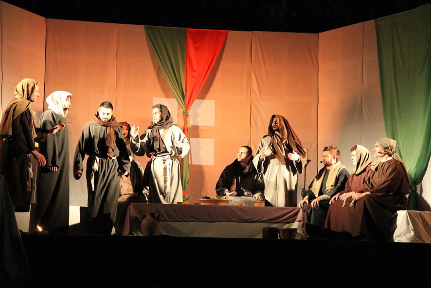 GLI APOSTOLI DISCUTONO PRIMA DELL'ARRIVO DI GESU'