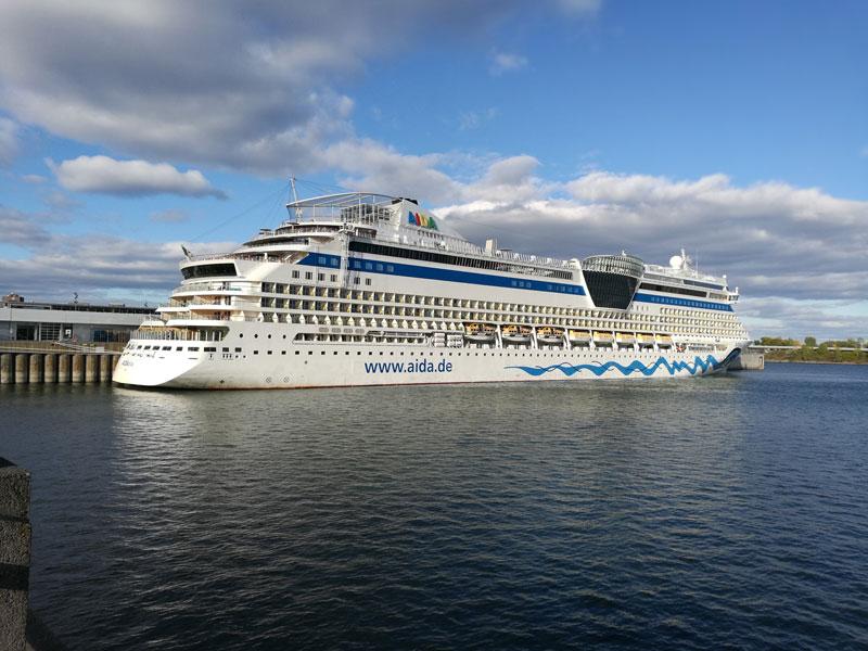 Bild 37 Am Hafen Blick auf die AIDA