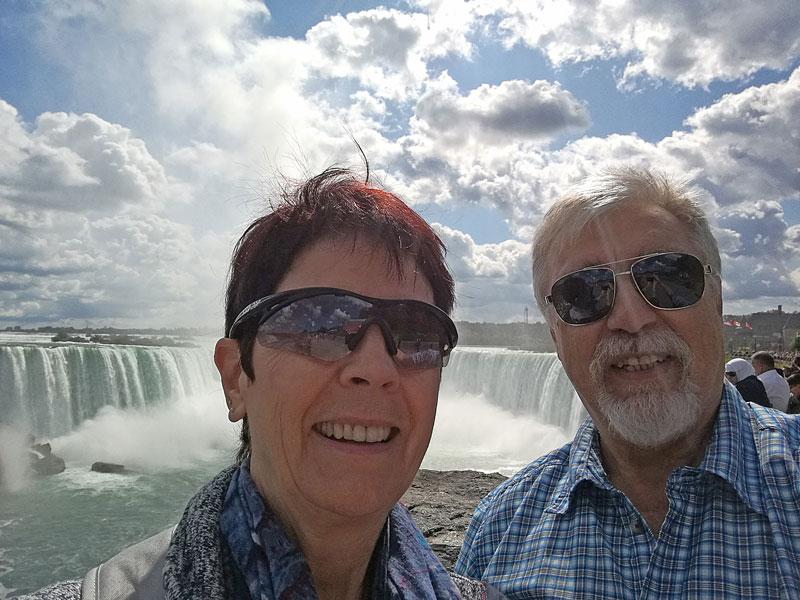 Bild 15 Margit und Klaus vor dem kanadischen Fall