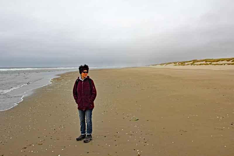 Bild 14 Margit mit nassen Schuhen am Strand