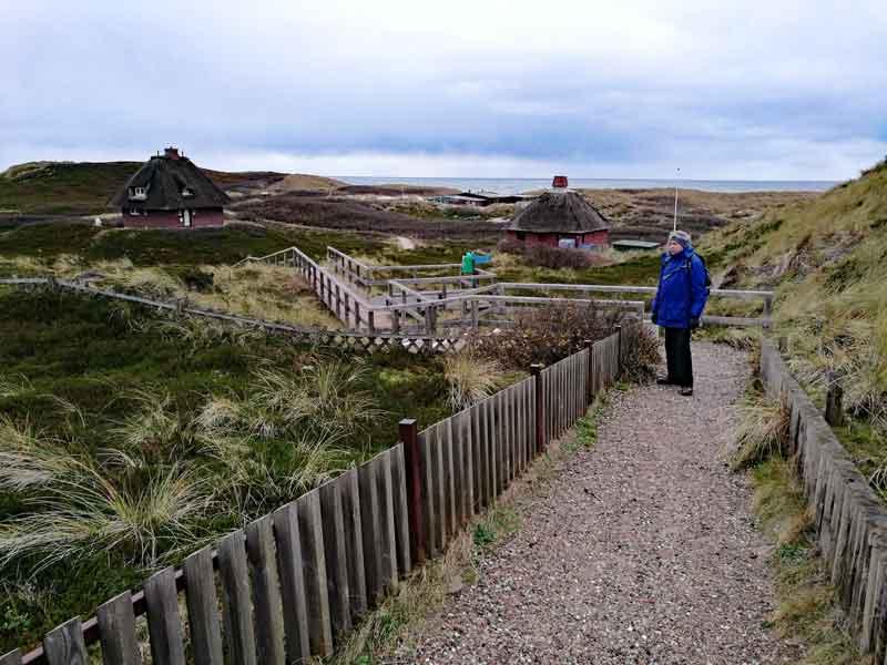 Bild 9 Zwischen den reetgedeckten Häusern nach Hörnum