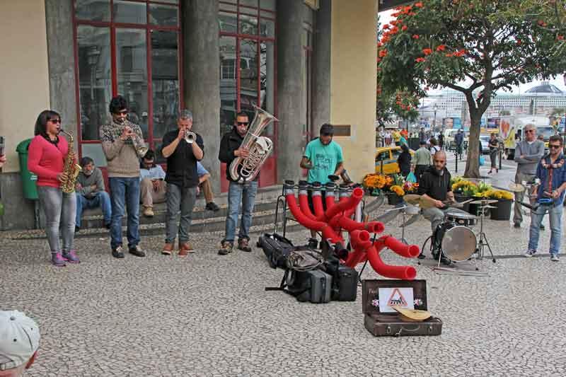 Bild 18 Vor dem Markt spielt eine kleine Musikgruppe