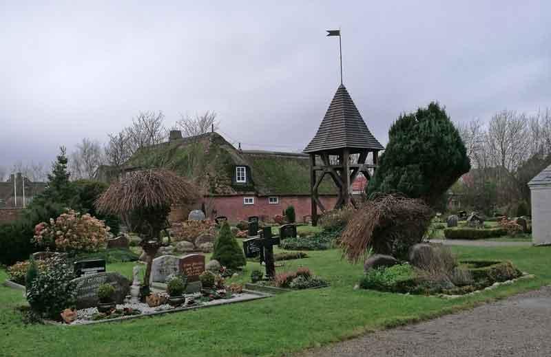 Bild 9 Neben der Kirche in Morsum