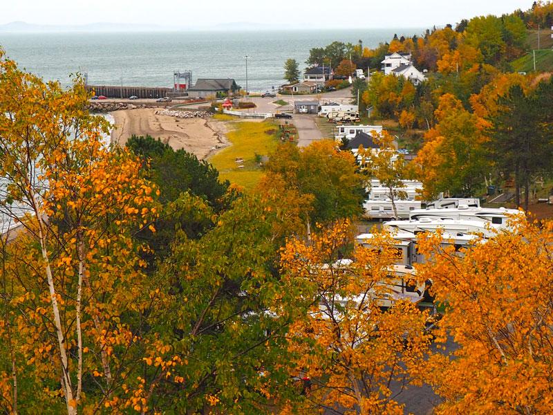 Bild 7 Blick zwischen den Bäumen auf den Campground