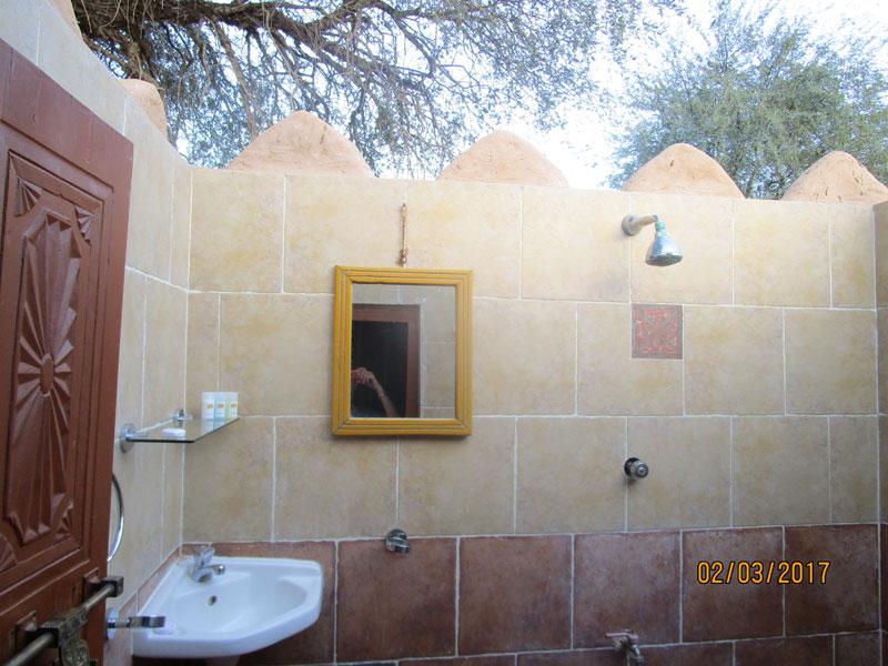 Bild 9 Dusche unter freiem Himmel im 1000 nights camp in der Wahiba Wüste