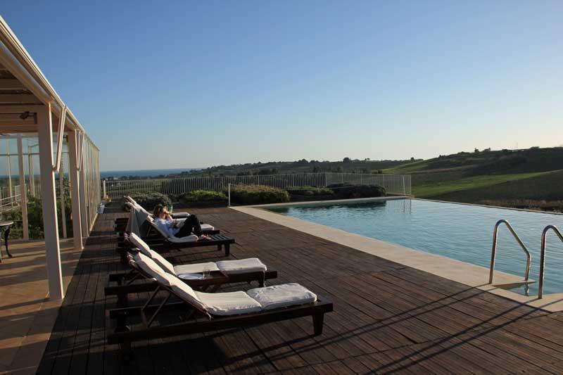 Blick auf den Swimming Pooll der Foresteria Planeta bei Menfi