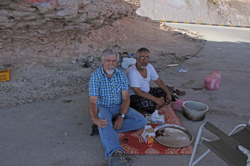 Bild 20 Pause an einem Rastplatz, Salim läd uns zu einem Tee ein